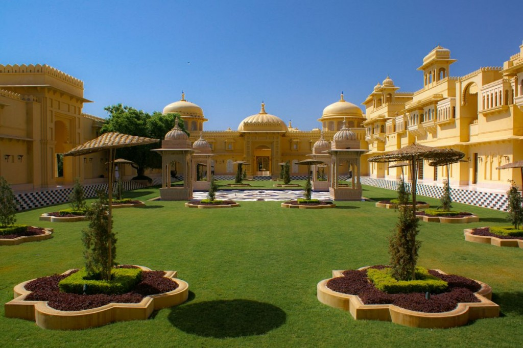 Oberoi Udaivilas' patio on a sunny day